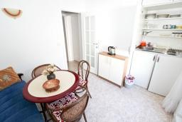 Кухня. Черногория, Петровац : Студия с отдельной кухней, ванной и видом на море.