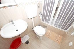 Ванная комната. Черногория, Петровац : Студия с отдельной кухней, ванной и видом на море.