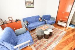 Гостиная. Черногория, Петровац : Апартамент с отдельной спальней, с отдельной кухней, с балконом с видом на море