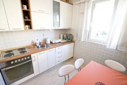 Кухня. Черногория, Петровац : Апартамент с отдельной спальней, с отдельной кухней, с балконом с видом на море