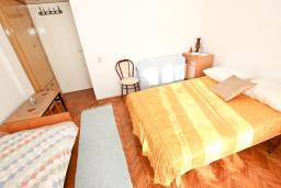 Спальня. Черногория, Петровац : Апартамент с отдельной спальней, с отдельной кухней, с балконом с видом на море
