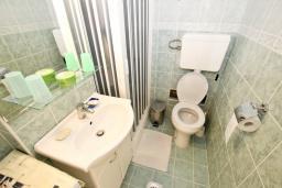 Ванная комната. Черногория, Петровац : Апартамент с отдельной спальней, с отдельной кухней, с балконом с видом на море