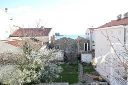 Вид на море. Черногория, Петровац : Апартамент с отдельной спальней, с отдельной кухней, с балконом с видом на море