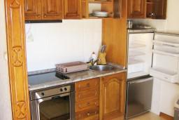 Кухня. Черногория, Петровац : Апартамент в Петроваце с отдельной кухней в 50 метрах от моря
