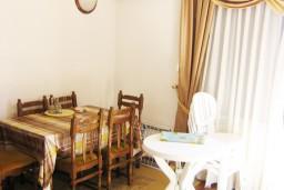 Обеденная зона. Черногория, Петровац : Апартамент в Петроваце с отдельной кухней в 50 метрах от моря
