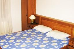 Спальня. Черногория, Петровац : Апартамент в Петроваце с отдельной кухней в 50 метрах от моря
