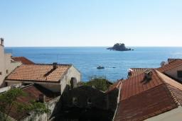 Вид на море. Черногория, Петровац : Апартамент в Петроваце с отдельной кухней в 50 метрах от моря