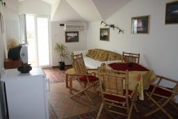 Гостиная. Черногория, Игало : Уютный апартамент со всем необходимым для полноценного отдыха