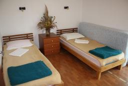 Спальня. Черногория, Игало : Уютный апартамент со всем необходимым для полноценного отдыха
