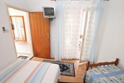Спальня. Черногория, Игало : Уютная студия на первом этаже с отдельной террасой-кухней.
