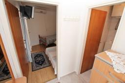 Коридор. Черногория, Игало : Уютная студия на первом этаже с отдельной террасой-кухней.