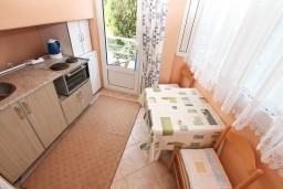 Кухня. Черногория, Игало : Уютная студия на первом этаже с отдельной террасой-кухней.