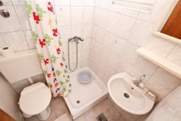 Ванная комната. Черногория, Игало : Уютная студия на первом этаже с отдельной террасой-кухней.