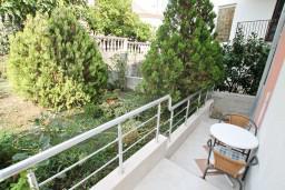 Терраса. Черногория, Игало : Уютная студия на первом этаже с отдельной террасой-кухней.