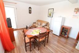 Обеденная зона. Черногория, Игало : Однокомнатная квартира в новом малоэтажном доме в центре Игало