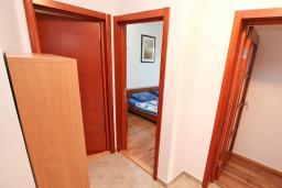 Коридор. Черногория, Игало : Однокомнатная квартира в новом малоэтажном доме в центре Игало