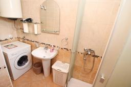 Ванная комната. Черногория, Игало : Однокомнатная квартира в новом малоэтажном доме в центре Игало