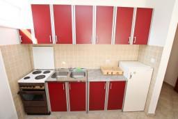 Кухня. Черногория, Игало : Однокомнатная квартира в новом малоэтажном доме в центре Игало