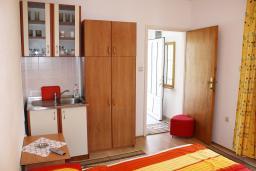 Студия (гостиная+кухня). Черногория, Игало : Уютная студия в Игало с балконом