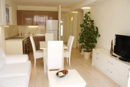 Гостиная. Черногория, Герцег-Нови : Новый шикарный люкс апартамент с двумя спальнями, джакузи и большой гостиной комнатой