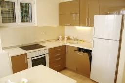Кухня. Черногория, Герцег-Нови : Новый шикарный люкс апартамент с двумя спальнями, джакузи и большой гостиной комнатой