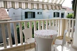 Балкон. Черногория, Герцег-Нови : Новый шикарный люкс апартамент с двумя спальнями, джакузи и большой гостиной комнатой