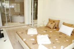 Спальня. Черногория, Герцег-Нови : Новый шикарный люкс апартамент с двумя спальнями, джакузи и большой гостиной комнатой