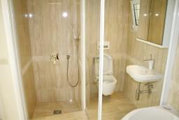 Ванная комната. Черногория, Герцег-Нови : Новый шикарный люкс апартамент с двумя спальнями, джакузи и большой гостиной комнатой