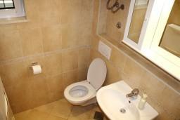 Ванная комната. Черногория, Герцег-Нови : Люкс апартамент на 4-х человек с двумя отдельными спальнями и отделённой кухней.