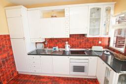Кухня. Черногория, Игало : Апартамент для 4-5 человек, с гостиной, с 2-мя отдельными спальнями, с большой террасой, 50 метров до моря