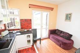 Гостиная. Черногория, Игало : Апартамент для 4-5 человек, с гостиной, с 2-мя отдельными спальнями, с большой террасой, 50 метров до моря