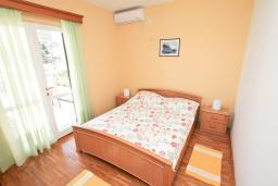 Спальня. Черногория, Игало : Апартамент для 4-5 человек, с гостиной, с 2-мя отдельными спальнями, с большой террасой, 50 метров до моря