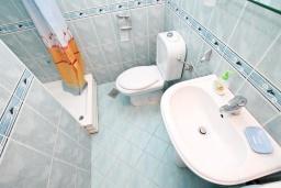 Ванная комната. Черногория, Игало : Апартамент для 4-5 человек, с гостиной, с 2-мя отдельными спальнями, с большой террасой, 50 метров до моря