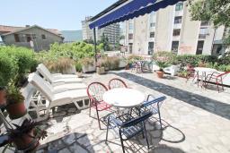 Терраса. Черногория, Игало : Апартамент для 4-5 человек, с гостиной, с 2-мя отдельными спальнями, с большой террасой, 50 метров до моря