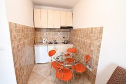 Кухня. Черногория, Игало : Современно оборудованный апартамент с уютным балконом и красивым видом на море