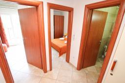 Коридор. Черногория, Игало : Современно оборудованный апартамент с уютным балконом и красивым видом на море