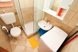 Ванная комната. Черногория, Игало : Современно оборудованный апартамент с уютным балконом и красивым видом на море