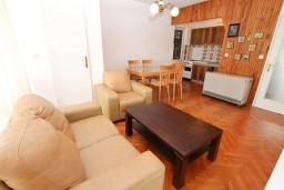 Гостиная. Черногория, Герцег-Нови : Апартамент с отдельной спальней, с террасой с видом на море, возле пляжа