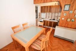 Обеденная зона. Черногория, Герцег-Нови : Апартамент с отдельной спальней, с террасой с видом на море, возле пляжа