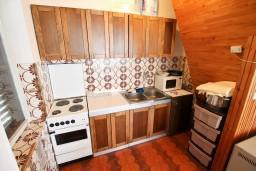 Кухня. Черногория, Герцег-Нови : Апартамент с отдельной спальней, с террасой с видом на море, возле пляжа