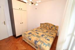 Спальня. Черногория, Герцег-Нови : Апартамент с отдельной спальней, с террасой с видом на море, возле пляжа