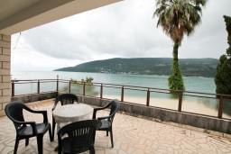 Терраса. Черногория, Герцег-Нови : Апартамент с отдельной спальней, с террасой с видом на море, возле пляжа