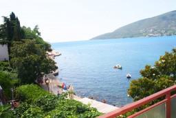 Вид на море. Черногория, Герцег-Нови : Апартамент с отдельной спальней, с террасой с видом на море, возле пляжа
