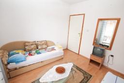 Спальня. Черногория, Игало : Апартамент на 6-8 человек с двумя спальнями и ванными комнатами, отдельной кухней и огромной террасой