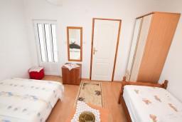 Спальня 2. Черногория, Игало : Апартамент на 6-8 человек с двумя спальнями и ванными комнатами, отдельной кухней и огромной террасой