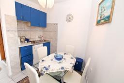 Кухня. Черногория, Игало : Апартамент на 6-8 человек с двумя спальнями и ванными комнатами, отдельной кухней и огромной террасой