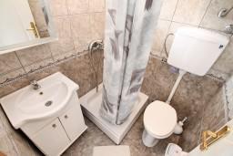 Ванная комната. Черногория, Игало : Апартамент на 6-8 человек с двумя спальнями и ванными комнатами, отдельной кухней и огромной террасой