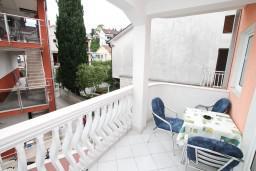 Балкон. Черногория, Игало : Апартамент на 6-8 человек с двумя спальнями и ванными комнатами, отдельной кухней и огромной террасой