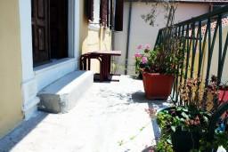Терраса. Черногория, Герцег-Нови : Апартамент с отдельной спальней, с террасой и видом на море