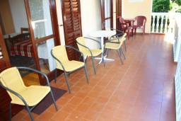 Балкон. Черногория, Герцег-Нови : Апартамент для 8 человек с тремя отдельными спальнями и балконом